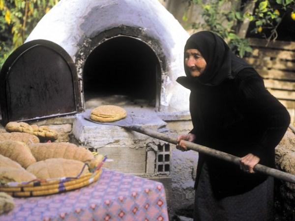 Ελληνικό Πάσχα: Ιδιαίτερα, άγνωστα έθιμα από την Ελλάδα και την Κύπρο (vid)